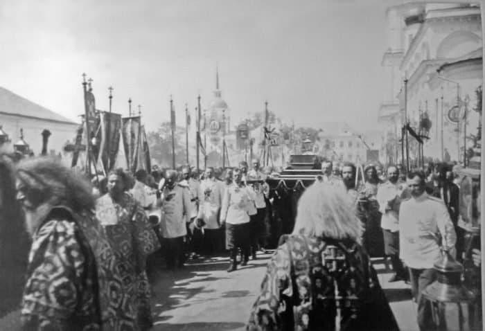 Торжественная процессия смощами преподобного Серафима Саровского, возглавляемая императором Николаем II. 1903