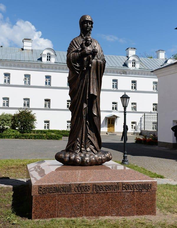 Освящение памятника Божией Матери