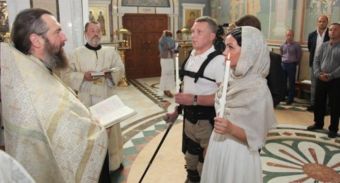 Первое в России венчание человека в экзоскелете прошло в Архангельске