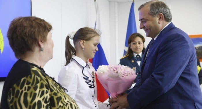 Девочка, сообщившая о трагедии на Сямозере, награждена медалью МЧС