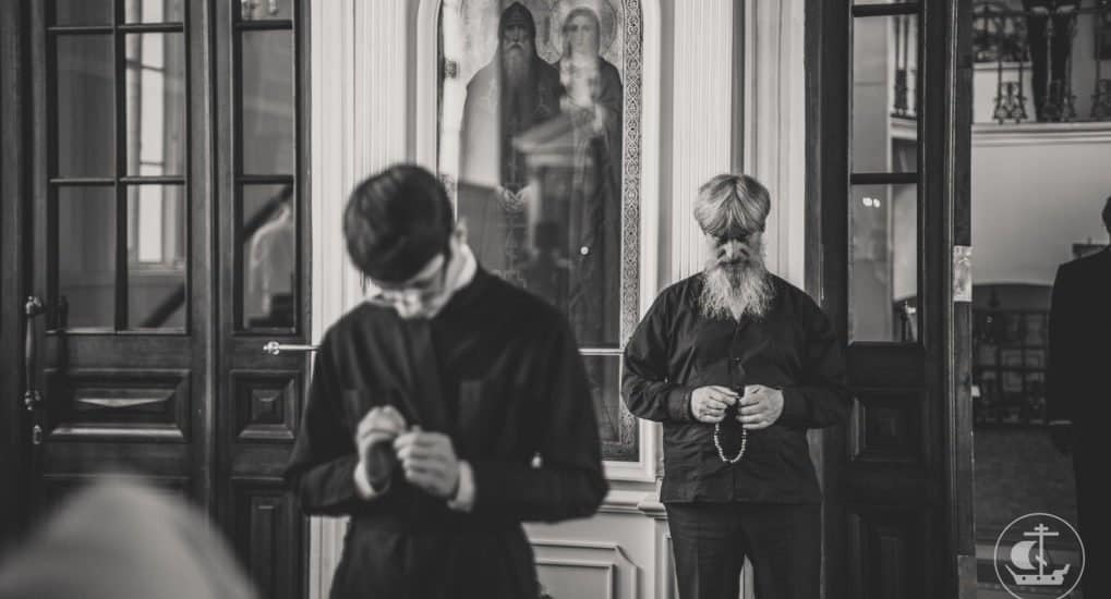 Грех ли на службе читать Иисусову молитву?