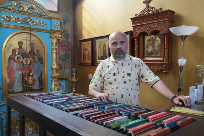 Люди в храме: работник свечного ящика - фото 1