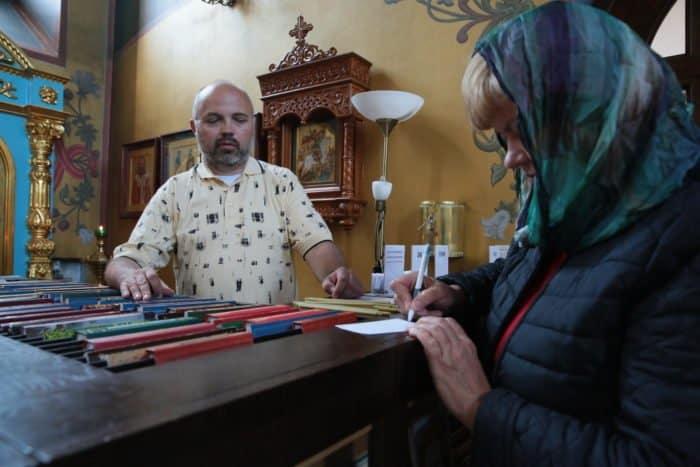 Люди в храме: работник свечного ящика - фото 2