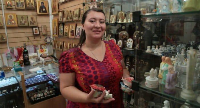 Люди в храме: работник свечного ящика