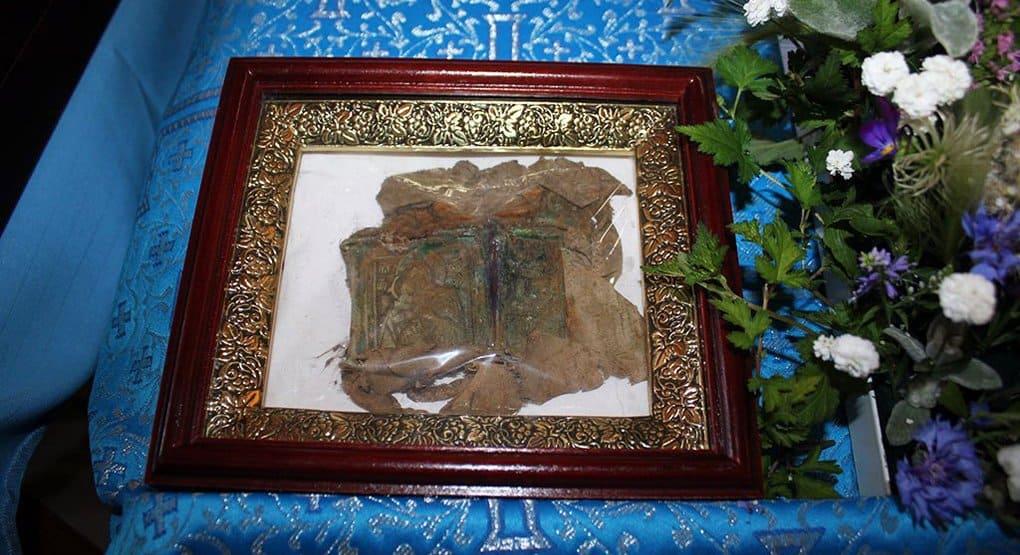 Смоленские поисковики нашли останки красноармейца с иконой-складнем