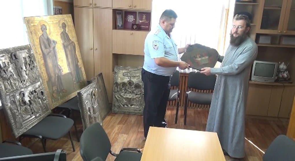 Полицейские вернули ярославскому храму украденные иконы XIX века