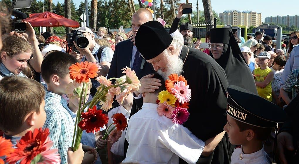 Патриарх пожелал детям копить добро, делясь им с окружающими