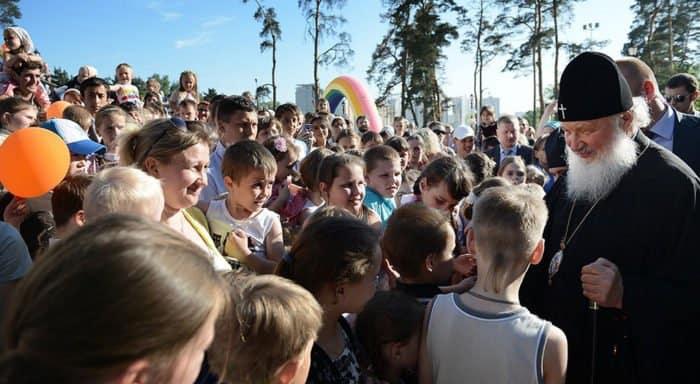 Патриарх Кирилл приглашает детей к себе в гости в Переделкино