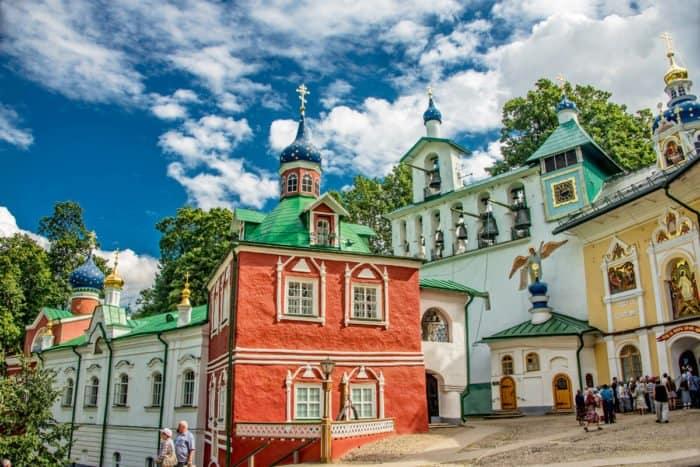 Ризница и звонница Псково-Печорского монастыря. Фото А. Санина