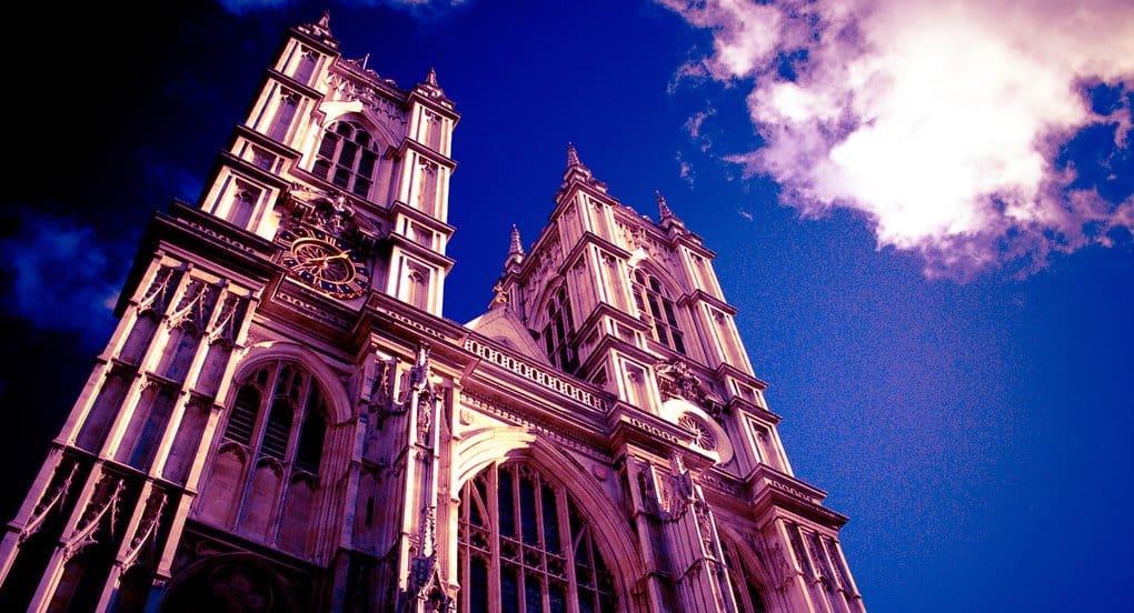 Вестминстер осветился красным в поддержку гонимых христиан