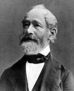 """Carl Zeiss wurde am 11. September 1816 in Weimar geboren. Nach seinen Wanderjahren und seiner Ausbildung zum Mechanikus gründete er 1846 eine Werkstatt für Feinmechanik und Optik in Jena und begann knapp ein Jahr später mit dem Bau einfacher Mikroskope. 1866 griff Zeiss seine alte Idee wieder auf, Mikroskop-Objektive anstelle durch """"Pröbeln"""" auf rechnerischer Grundlage herzustellen. Er gewann Ernst Abbe als wissenschaftlichen Mitarbeiter, den er 1875 zum Teilhaber machte. 1876 wurde bereits das 3.000 Mikr"""