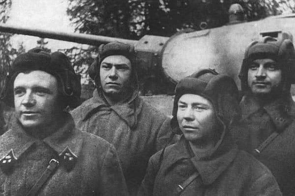 Танковый экипаж Д. Лавриненко (крайний слева). Октябрь 1941 г.Источник фото