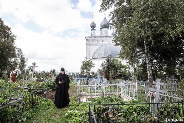 Сельское кладбище за алтарем Златоустовского храма. Фото Юлии Маковейчук