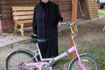 Послушница Нина со своим личным транспортом. Она живет на подворье постоянно. Фото Юлии Маковейчук