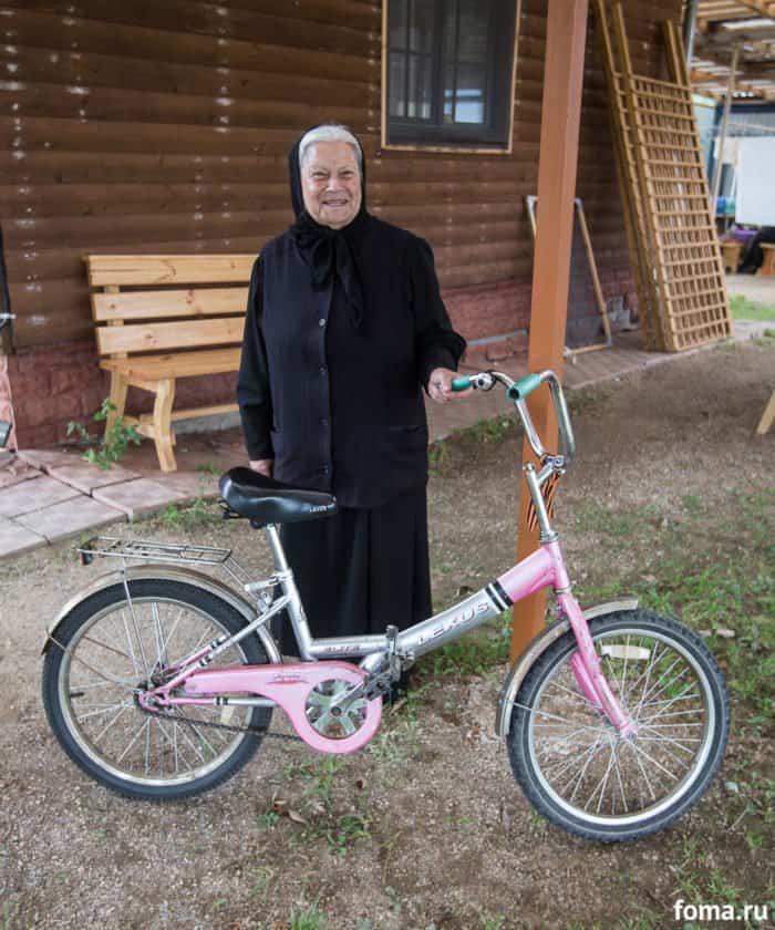 Матушка Нина со своим личным транспортом. Она живет на подворье постоянно. Фото Юлии Маковейчук