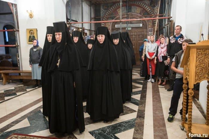 Игумения Евстолия (Афонина) с сестрами монастыря на Всенощном бдении перед елеопомазанием. Фото Юлии Маковейчук