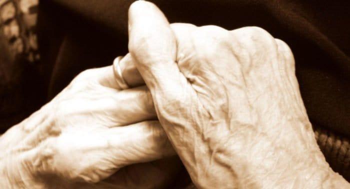 Бабушка лечит молитвами, священник ей запретил. Как быть?