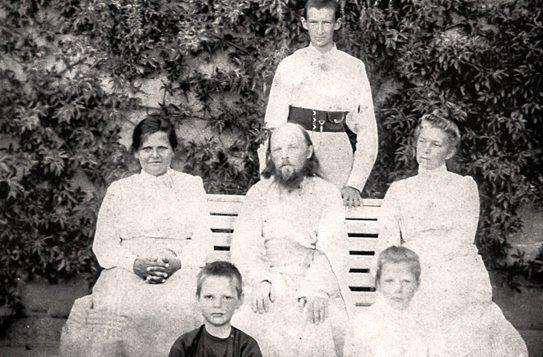 Отец Алексий Мечев с женой и детьми