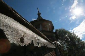 И именно эта природа подчеркивает красоту деревянного храмостроительства Русского Севера.