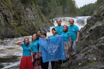 Экспедиция подошла к концу. Флаг «Общего дела» над водопадом Кивач.