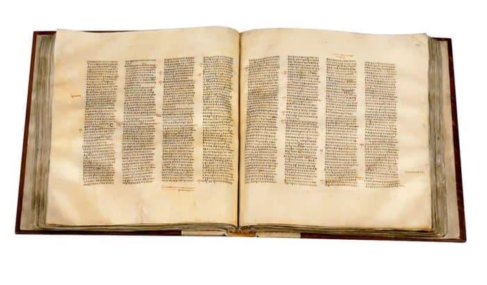 Иисус, проповедуя вназаретской синагоге, читал книгу пророка Исайи именно по свитку (на сохранившейся фреске, однако же, книга)— кодексов вто время еще не было. Знаменитый Синайский кодекс датируется IV веком н. э.