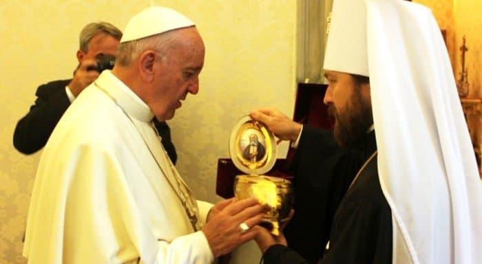 Митрополит Иларион подарил Папе Римскому Франциску частицу мощей Серафима Саровского