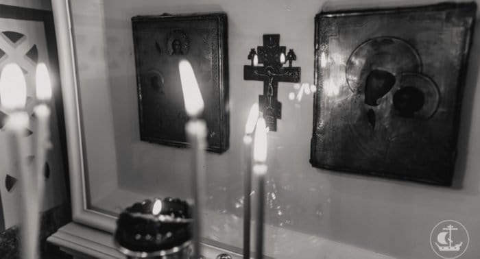 К какой иконе ставить свечи за упокой живого?