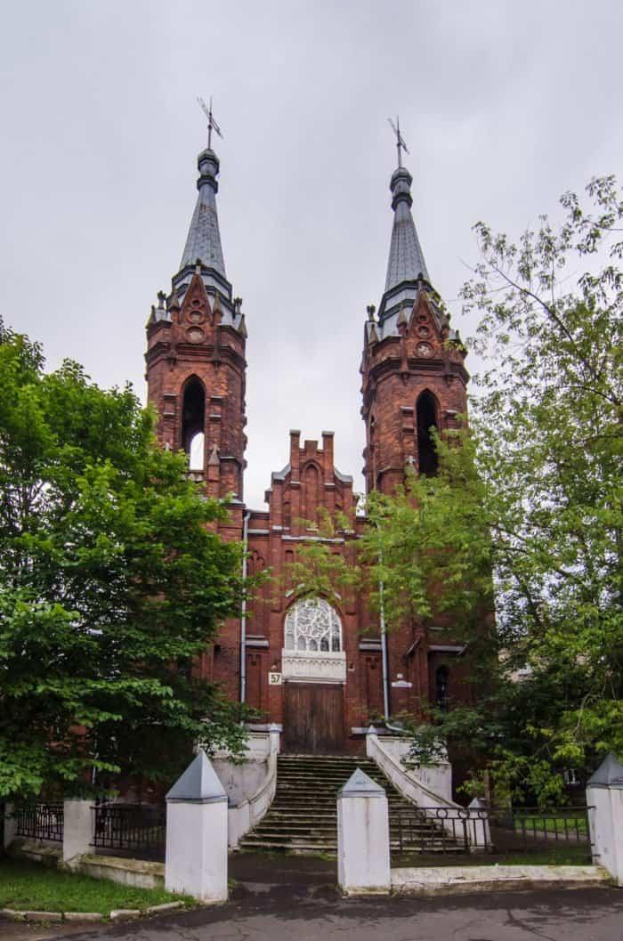 Здание построено для местной католической общины в 1910 г. в псевдоготическом стиле. В советское время здесь размещался клуб и столовая, ныне снова клуб, только студенческий (авиационного института). Бывший храм Пресвятого Сердца Иисуса. Фото Belliy