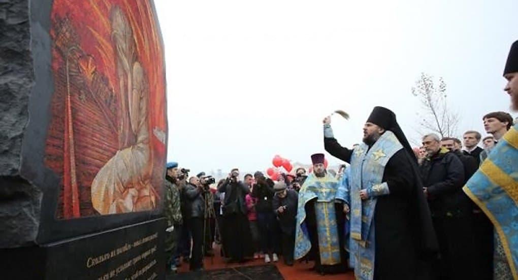 Памятник детям, погибшим от фашистской авиации, освятили в Тихвине