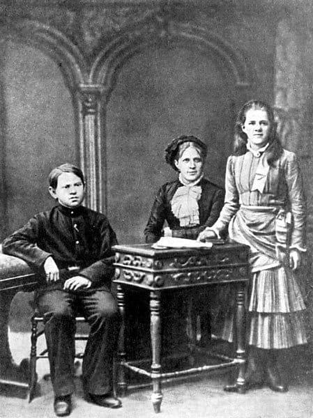 Анна Достоевская с детьми Федором и Любой