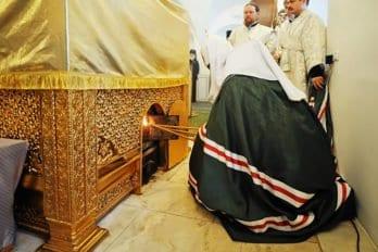 2. Патриарх разжигает мироваренную печь