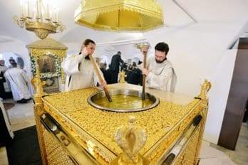 3. Диаконы размешивают миро впечи. Рыбинская епархия