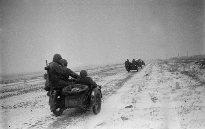 Колонна советских мотоциклистов на марше по шоссе на Можайском направлении. Источник: http://waralbum.ru
