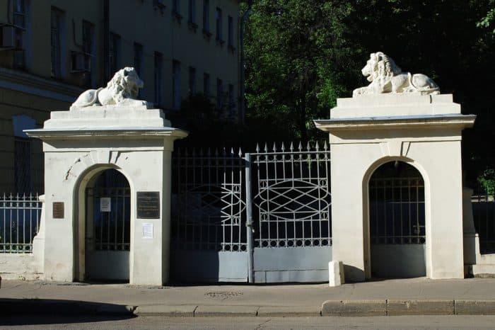 Дом-музей Достоевского в Москве расположен в левом флигеле бывшей Мариинской больницы для бедных. Фото Lesio, Википедия