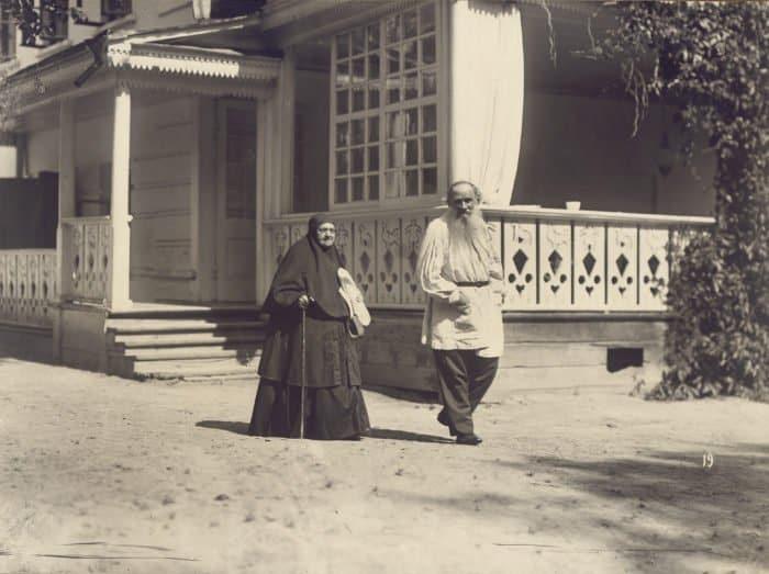 Лев Толстой ссестрой Марией. Ясная Поляна, 1908. Фото Карла Буллы