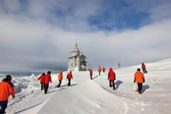 В храм Живоначальной Троицы на службу приходят ииностранные полярники