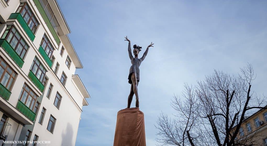 «Народный» памятник Майе Плисецкой открыли в Москве