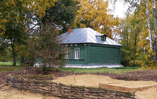 Деревянный дом (флигель), состоявший при Достоевских из господской части и людской избы. Рядом обозначен археологический раскоп на месте предполагаемой «мазанки», первого жилища Достоевских в 1832 году. Источник.