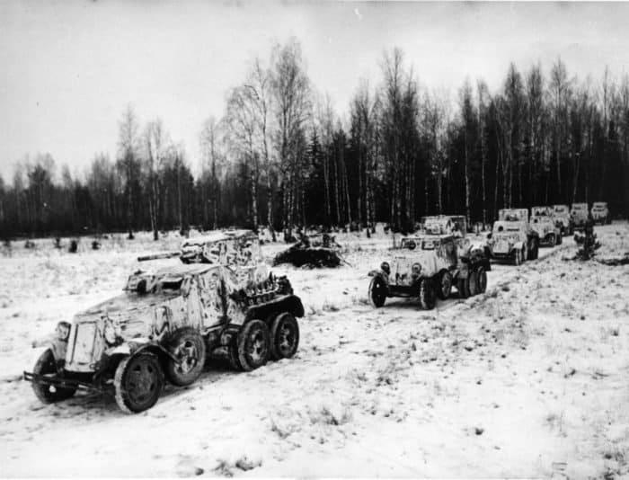 Советские бронеавтомобили БА-10А (первый бронеавтомобиль в колонне) и БА-6 выдвигаются на боевые позиции. Западный фронт, 18-я танковая бригада. Источник фото: http://waralbum.ru
