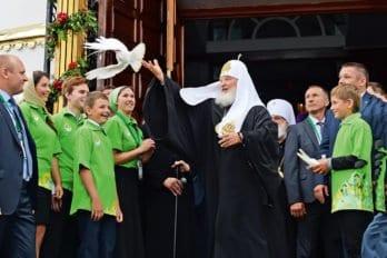Патриарх Кирилл выпускает голубей со ступеней Воскресенского собора Бреста