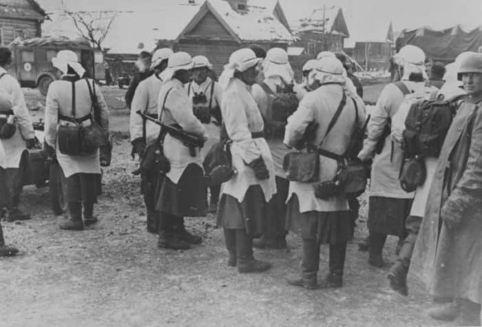 Группа немецких солдат после получения зимнего камуфляжа на улице деревни под Москвой. Источник: http://waralbum.ru