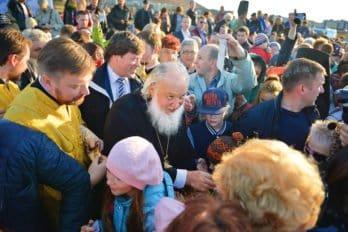 Патриарх Кирилл общается сжителями Певека после освящения закладного камня воснование храма святых новомучеников иисповедников Церкви Русской