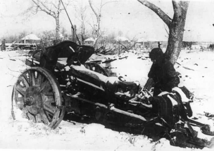 Советский солдат у брошенной немецкой 105-мм легкой полевой гаубицы leFH18. Зима 1941 — 1942 гг. Источник: http://waralbum.ru