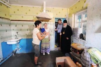 Патриарх Кирилл посетил несколько домов семей, пострадавших от паводка