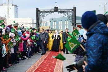 Прихожане встречают Патриарха перед литургией вкафедральном соборе Норильска — храме в честь иконы Божией Матери «Всех скорбящих Радость»