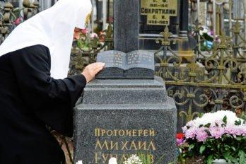 У могилы отца на Большеохтинском кладбище Санкт-Петербурга