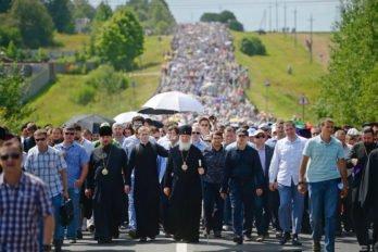 Крестный ход из Покровского Хотькова монастыря вСергиев Посад