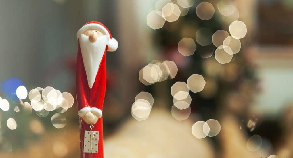 Дед Мороз и валеночки под елкой