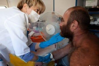 Доктор Лиза, медицинская помощь бездомным. Вокзал, 2011 год. Фото Юлии Маковейчук