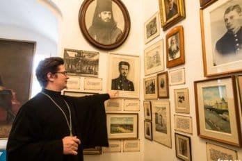 Иерей Артемий Головчанский в мемориальной келье Святейшего.